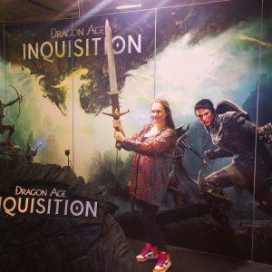 Rebecka Keeling testar nya Dragon Age på Gamex